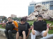 притомились добры молодцы, слева направо, Илья Анатольевич,  Евгений Юрьевич, Илья Дмитриевич