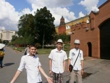 Прогулки по Москве. Слева направо: Евгений Юрьевич, Дмитрий Высоцкий, Илья Дмитриевич